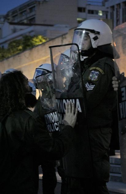 También hubo pacifistas intentando hablar con la policía