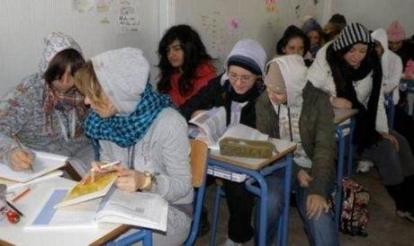 Falta de calefacción en las escuelas del norte de Grecia. En la región de Macedonia los ayuntamientos decidieron no abrir las escuelas después de vacaciones si no se solucionaba el problema. Se ha reducido el presupuesto de calefacción en 20 millones de euros.