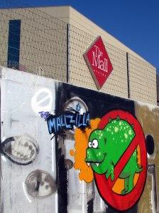 Grafitti Mallzilla en el quinto año de su construcción. La mascota de la pagina dedicada a denunciar al centro