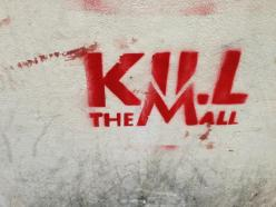 Pintadas que se han visto estos días en Atenas, en referencia al centro comercial MALL