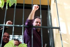 La policía arrestó a Nikos Fotopoulos en 2011., por negarse a cortar la luz a desfavorecidos