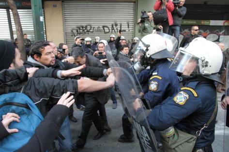 Enfrentados en la entrada del ministerio. Foto Elias Theodoropoulos