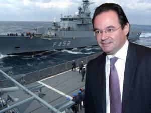 En la marina no ha gustado que Rossonis   (representante de empresa italiana de armamento) sea el marido de la sobrina del ex ministro Papakonstantinou ND y primo del señor Papaconstantinou PASOK