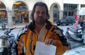 Ciudadano pidiendo arresto de diputados por alta traición