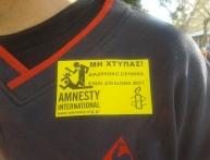 Pegatinas alusiva a las denuncias de Amnistía Internacional contra la policía griega