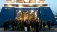 Marineros bloquean entrada a los ferrys