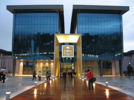 El inmueble fue construido para dar cabida a la Radio-televisión International Center (IBC) con el fin de cubrir los Juegos Olímpicos de 2004.