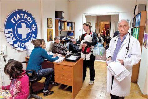 Médicos del Mundo tuvo que instalar consultorios para dar atención a las personas desempleadas  y sin seguridad social y a quienes no se les reembolsa su gasto en medicinas. También a inmigrantes legales desempleados, o ilegales