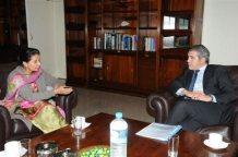 Constantin Mousourouli  con la viceministra  de Relaciones Exteriores de la India