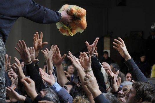 La foto del día según The Guardian. Griegos agolpados por comida gratuita