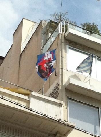 bandera griega con bota alemana y simbolo nazi en la casa director Dimitri Kollatos