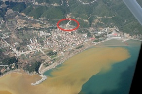 Localización de la mina de Stratoni. foto 2010.Mar lleno de lodo arrastrado por las lluvias.