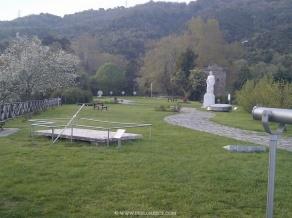 """Parque temático de Aristóteles situado encima de una colina que domina la bahía de Ierisos, dedicado a su obra titulada """"LA NATURALEZA"""" sobre los fenómenos de la naturaleza ."""