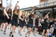 Desfile escolar en Ierisos. Camisetas con fecha de cuando el instituto fue atacado con gases lacrimógenos por la policía