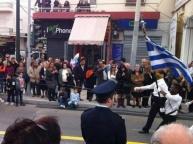 Una escuela de Atenas escogió a chaval de color como abanderado. Una gran lección ahora que los racistas neonazis se quieren infiltrar en escuelas