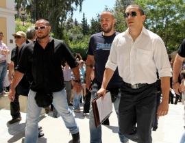 Ilias Kasidiaris entrando al juzgado