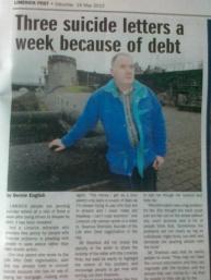 """En los titulares de los periódicos. """" tres cartas de suicidio al día por la deuda"""""""