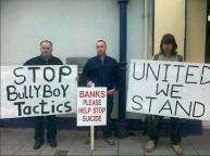 """Seamus con dos activistas. """"Bancos ayudar a parar los suicidios"""""""