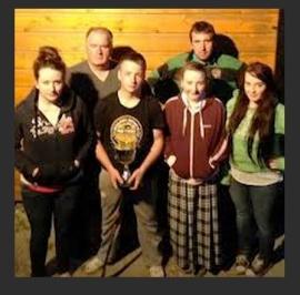Seamus un padre divorciado con sus hijos, atrincherados. Ellos siguen sus estudios con normalidad.