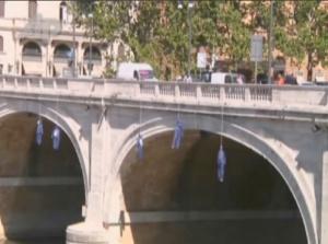 Protesta en Roma por los suicidios .Muñecos sobre el Tiber